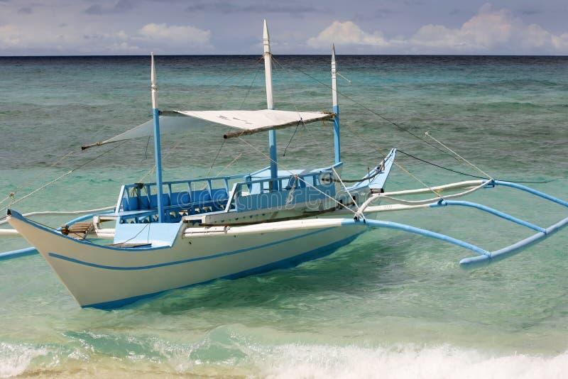 Bote pequeño amarrado en la playa Boracay foto de archivo