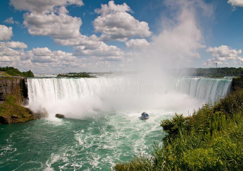 Bote pequeño (criada de la niebla) debajo del Niagara Falls imagen de archivo