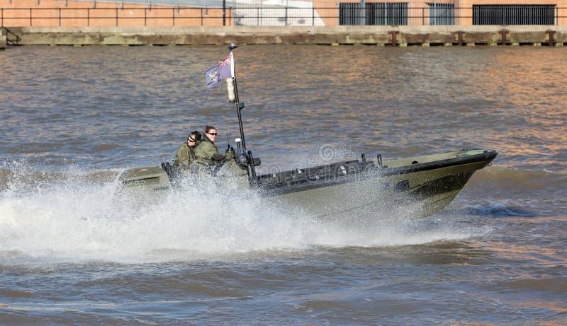 Bote pequeño del Royal Navy que practica en el Támesis en el februari 21, 2019 foto de archivo