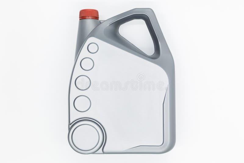 Bote plástico gris con el aceite de motor aislado en el fondo blanco, aceite de motor imagen de archivo libre de regalías