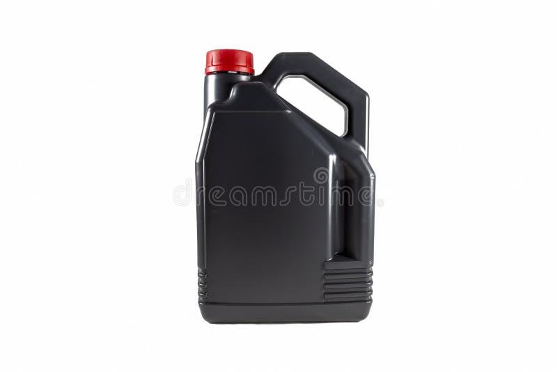 Bote plástico negro del aceite de motor 5 litros Aislado en el fondo blanco fotos de archivo