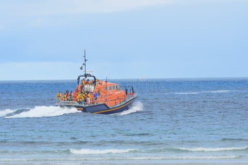 Bote salvavidas de RNLI que dirige hacia fuera al mar imagenes de archivo
