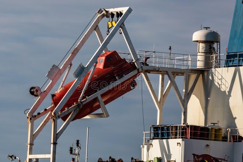 Bote salvavidas en el carguero fotos de archivo