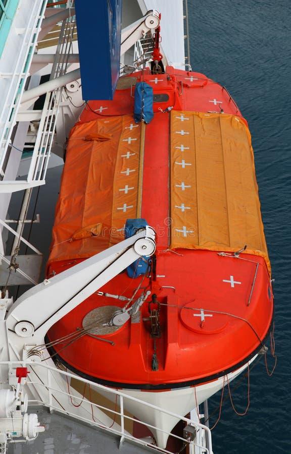 Bote salvavidas en revestimiento marino foto de archivo