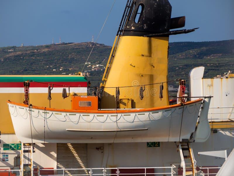 Bote salvavidas en una nave de transporte grande fotografía de archivo