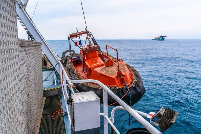 Bote salvavidas o bote de salvamento de FRC en el buque en el mar la nave del dsv está en fondo foto de archivo libre de regalías