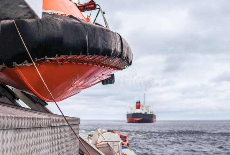 Bote salvavidas o bote de salvamento de FRC en el buque en el mar La nave de petrolero está en fondo imagenes de archivo