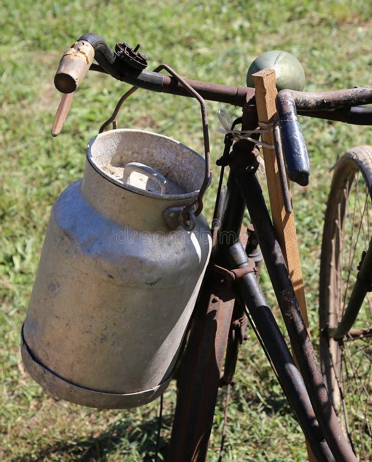Bote viejo de la leche usado por los granjeros para llevar la leche fresca fotografía de archivo