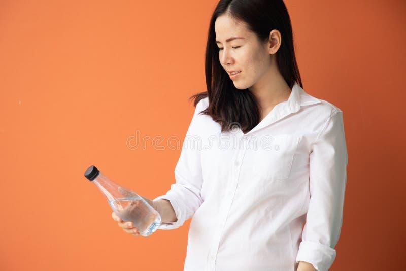 Botella asiática joven de la tenencia de la mujer de agua foto de archivo