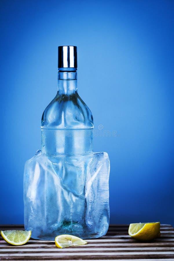 Botella azul de vodka fotografía de archivo