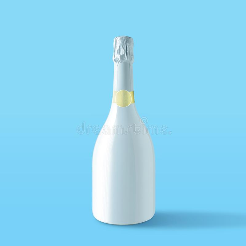 Botella blanca del champán en fondo azul Concepto mínimo del partido imagen de archivo