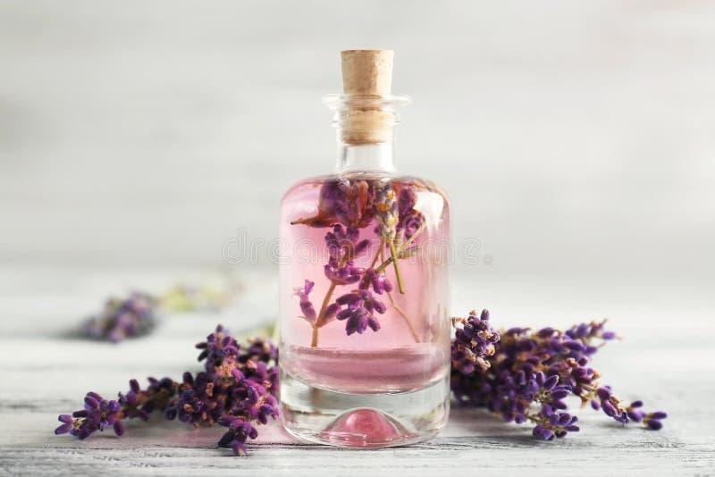 Botella con aceite y flores de lavanda foto de archivo libre de regalías