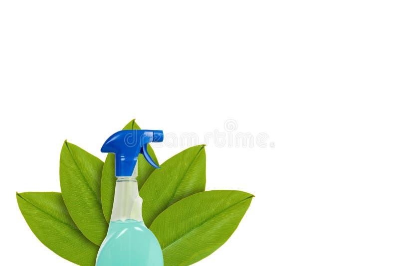 Botella con el detergente en el fondo de hojas verdes Aislado en blanco noción del origen natural imagenes de archivo