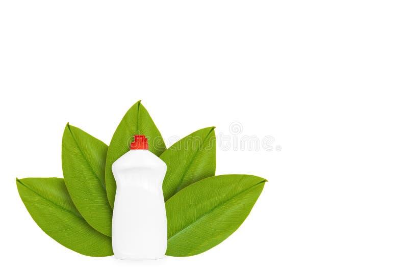 Botella con el jabón líquido en el fondo de hojas verdes Aislado en blanco noción del origen natural imágenes de archivo libres de regalías