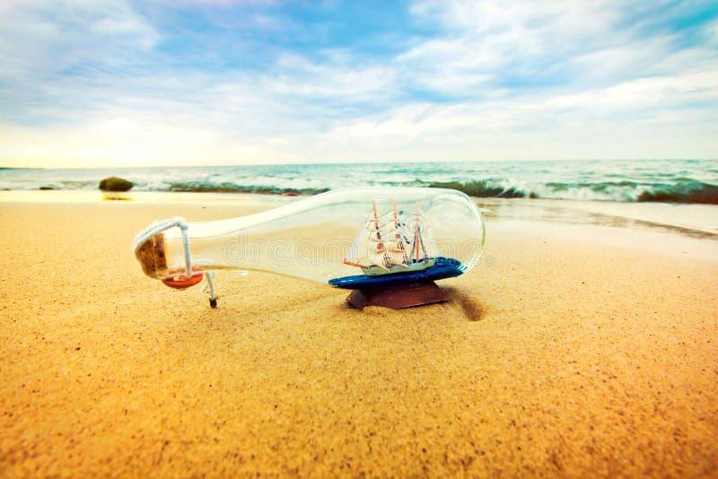 Botella con la nave dentro fotografía de archivo libre de regalías
