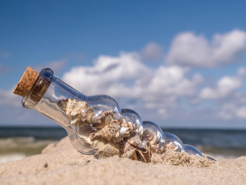 Botella con las conchas marinas fotos de archivo libres de regalías