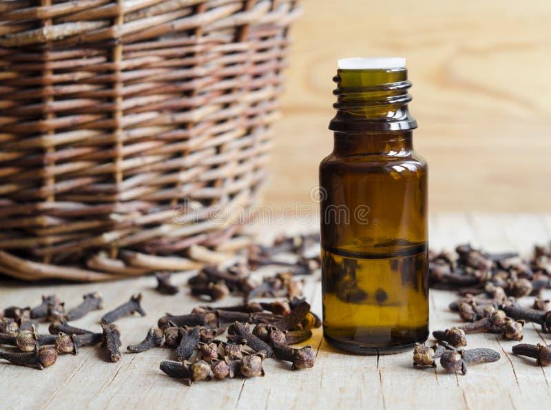 Botella de aceite de clavo esencial imagenes de archivo