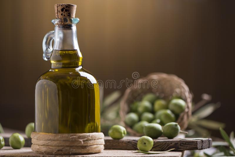 Botella de aceite de oliva virginal adicional fotos de archivo