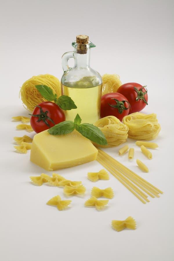 Botella de aceite y de pastas de oliva fotos de archivo libres de regalías