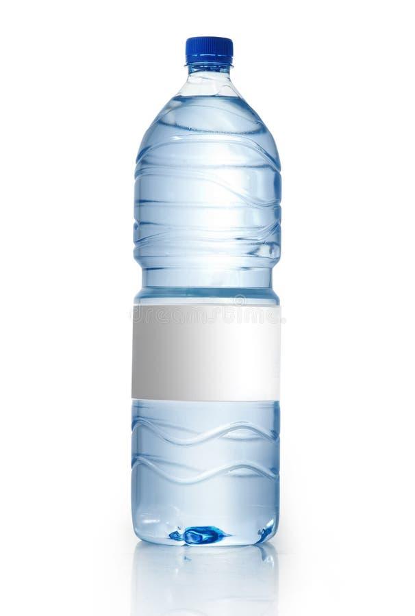 Botella de agua de la soda con la escritura de la etiqueta en blanco Aislado en blanco imagen de archivo libre de regalías