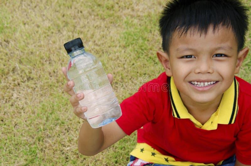 Botella de agua a disposición fotografía de archivo
