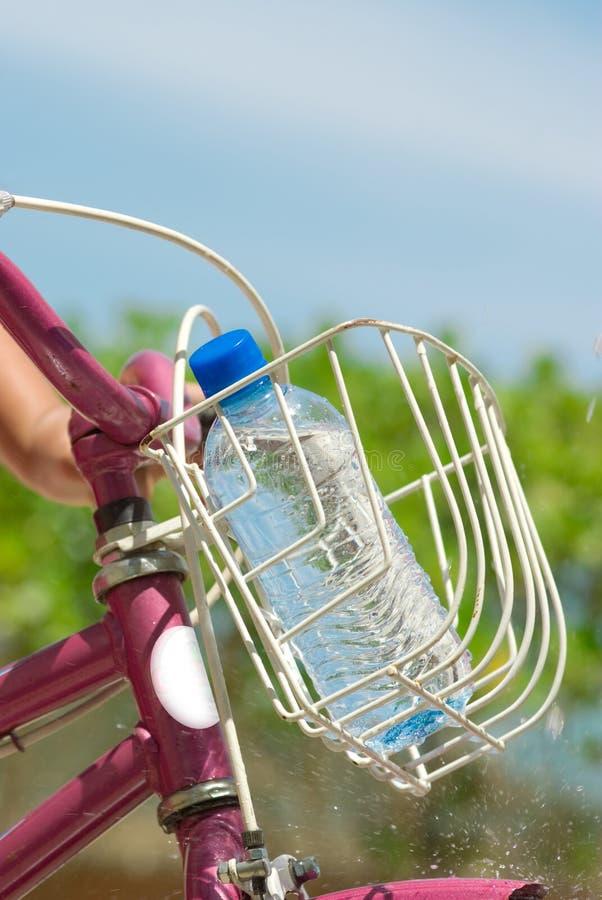 Botella de agua en la bici fotos de archivo