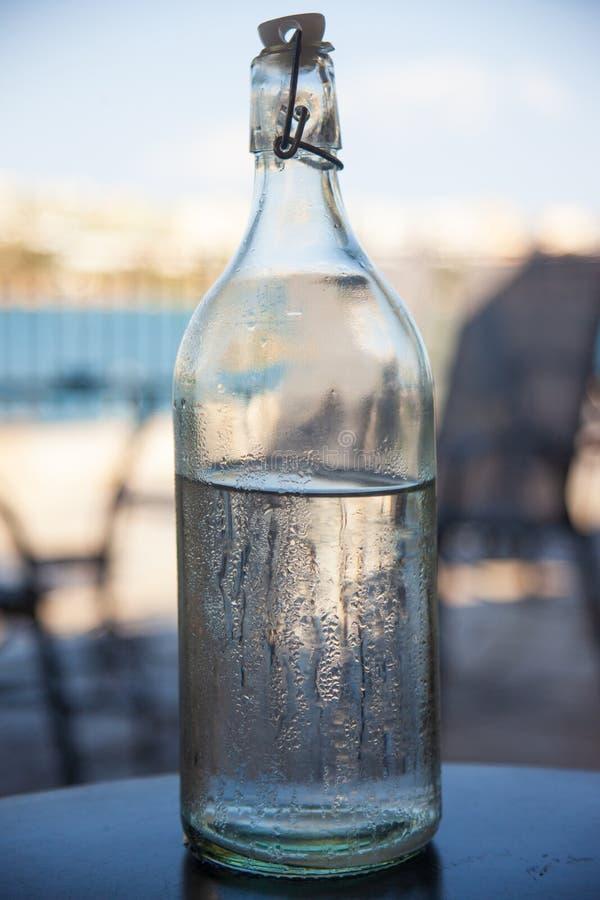 Botella de agua helada en una mesa imágenes de archivo libres de regalías