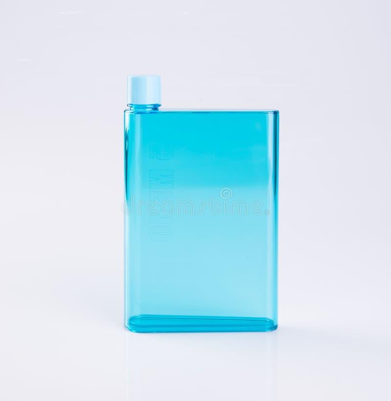 botella de agua o botella plástica vacía en un fondo imagenes de archivo
