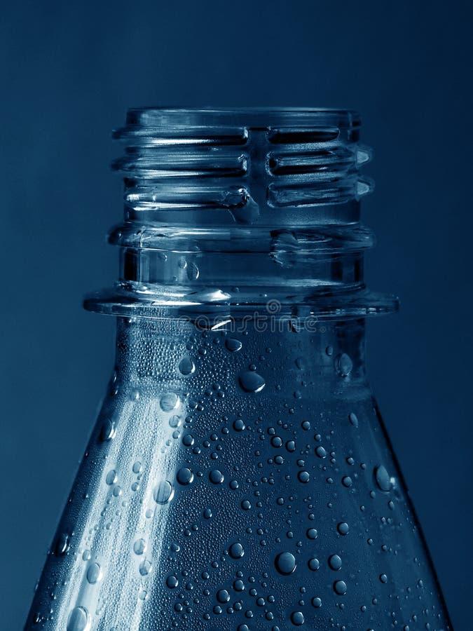 Botella de agua oscura fotografía de archivo libre de regalías