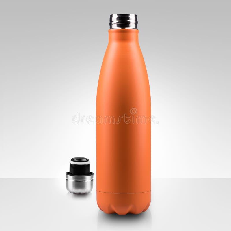 Botella de agua terma inoxidable abierta, primer en el fondo blanco imagen de archivo