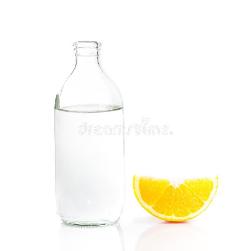 Botella de agua y fruta anaranjada fotos de archivo libres de regalías