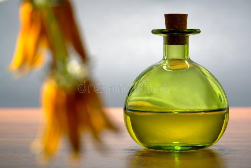 Botella de Aromatherapy con primero plano de la flor fotografía de archivo