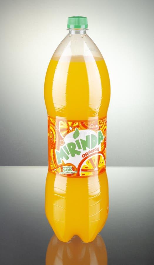 Botella de bebida de Mirinda en fondo de la pendiente imagen de archivo libre de regalías