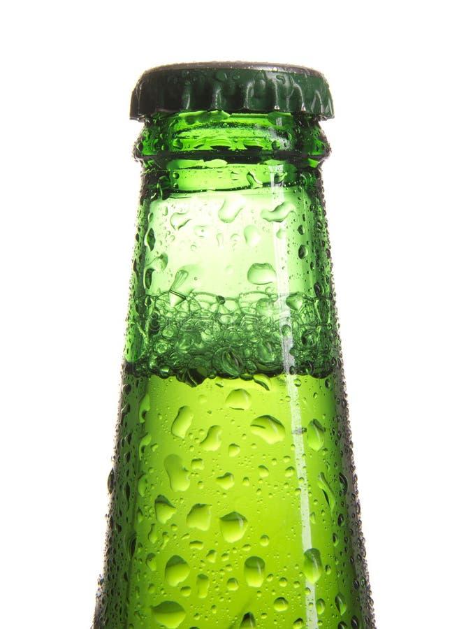 Botella de cerveza con gotas foto de archivo libre de regalías