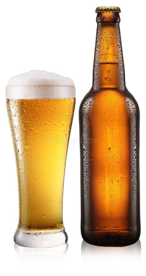 Botella de cerveza con gotas en blanco. fotografía de archivo libre de regalías