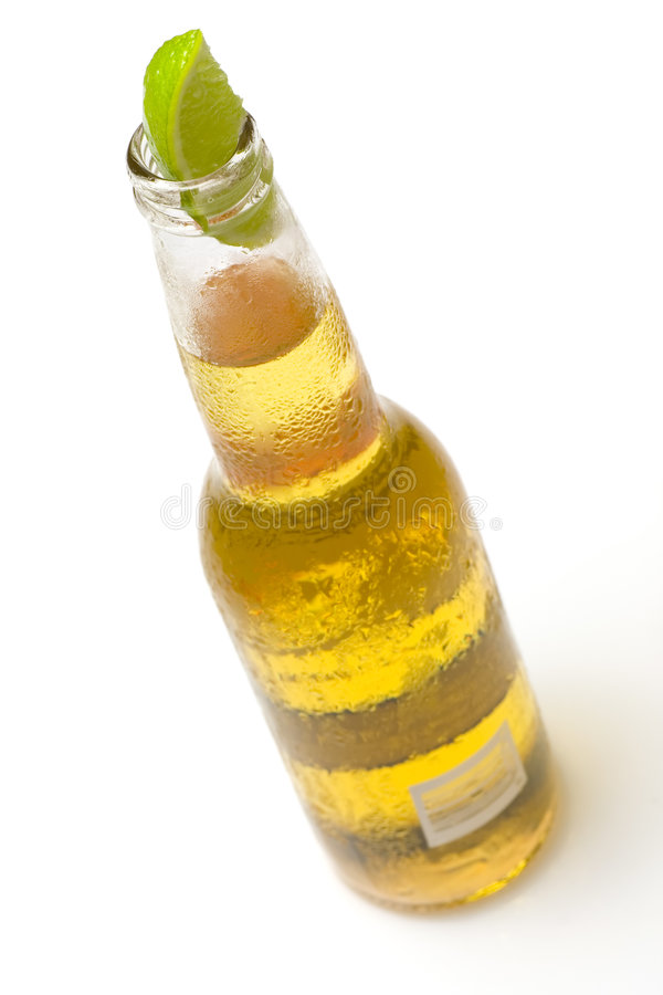 Botella de cerveza con la cal imagen de archivo