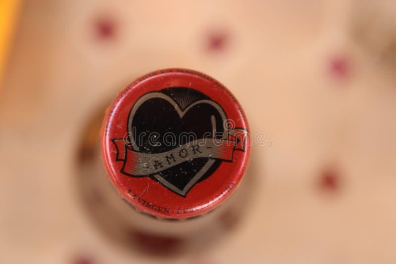 botella de cerveza con la placa del amor imagen de archivo