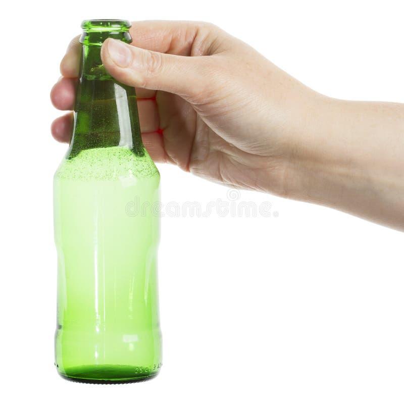 Botella de cerveza en la mano foto de archivo libre de regalías