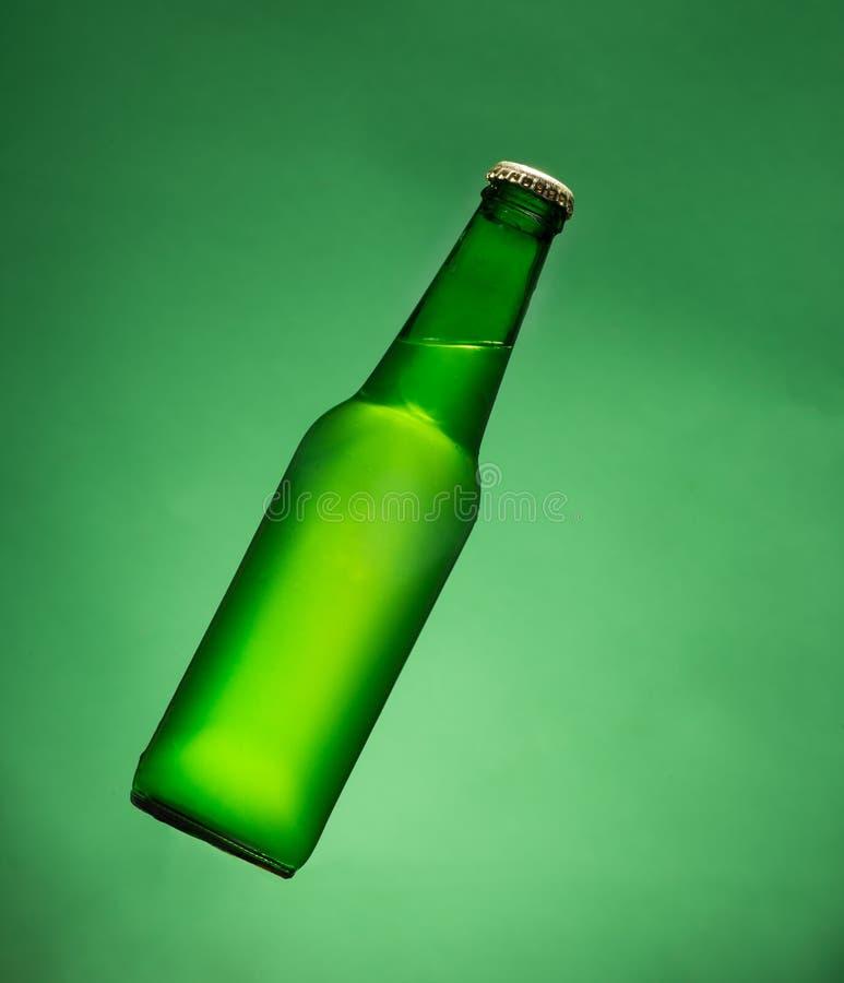 Botella de cerveza verde fotografía de archivo libre de regalías