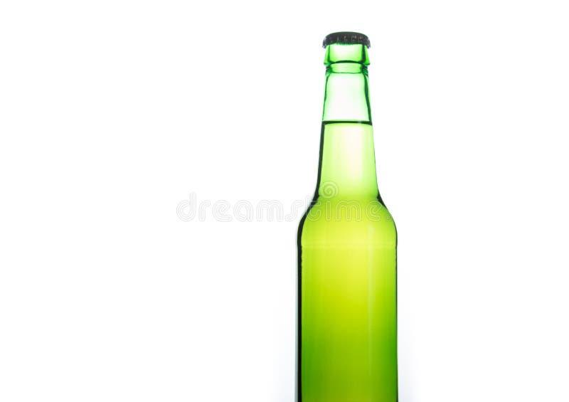 Botella de cerveza verde clara aislada fotos de archivo