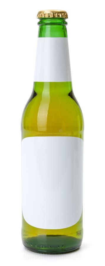 Botella de cerveza verde con las etiquetas en blanco blancas imagen de archivo
