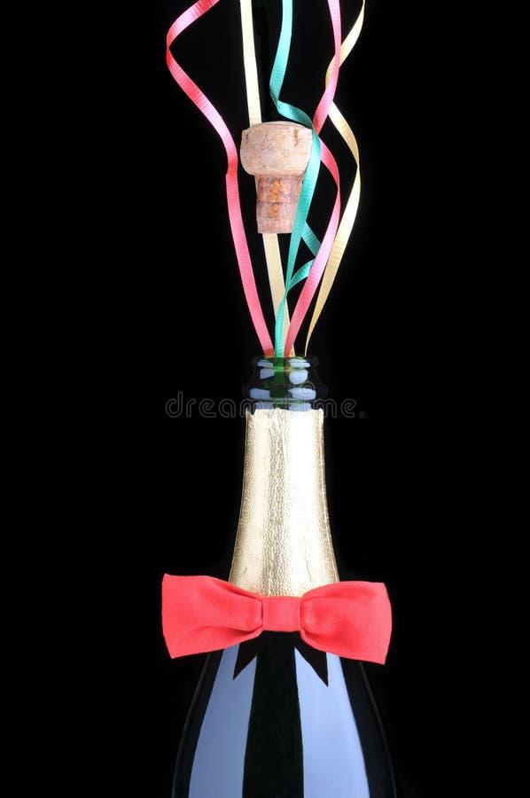 Download Botella De Champán Con La Pajarita Y Las Cintas Rojas Imagen de archivo - Imagen de cintas, lazo: 7151147