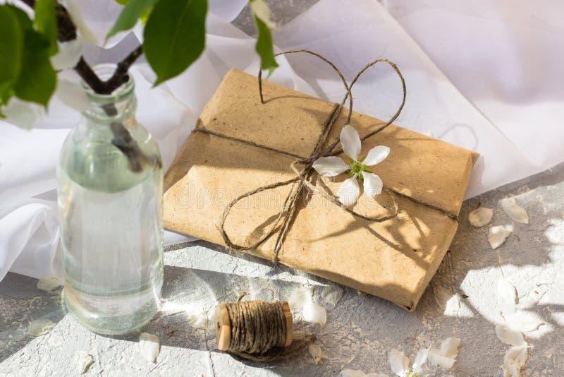 Botella de cristal con las ramas florecientes de la cereza imágenes de archivo libres de regalías