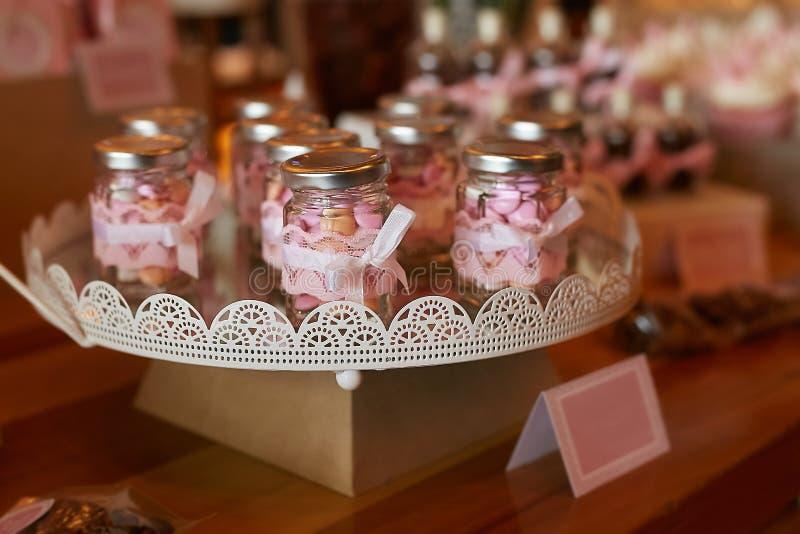 Botella de cristal con los caramelos imagen de archivo
