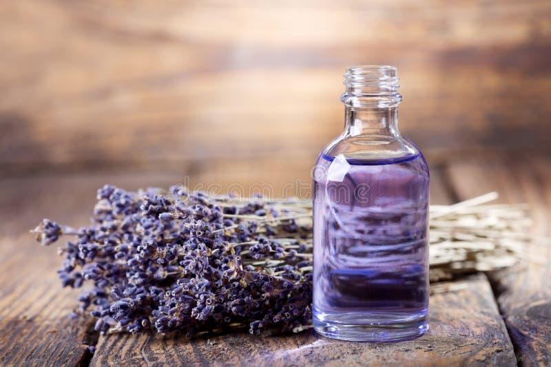 Botella de cristal de aceite esencial de la lavanda fotografía de archivo