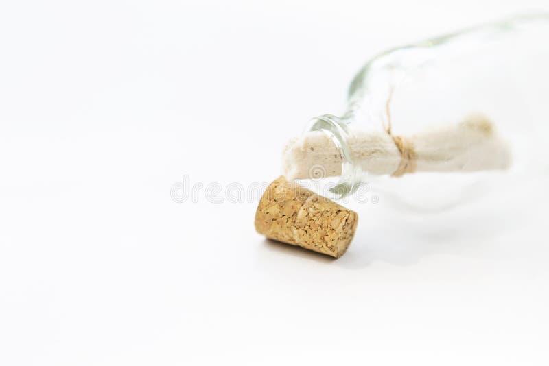 Botella de cristal del mensaje abierto del primer con el espacio en el fondo blanco foto de archivo