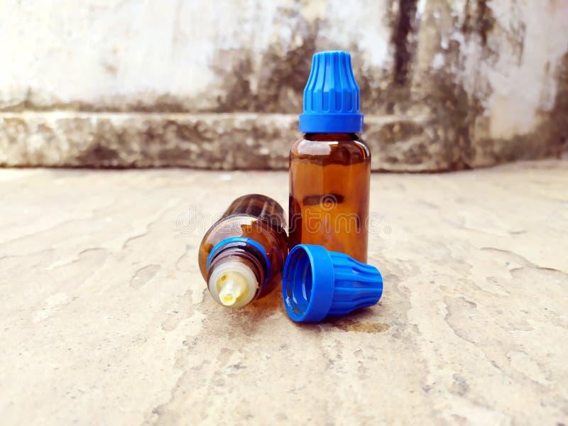 Botella de cristal de la medicina de Brown puesta en el camino fotos de archivo libres de regalías