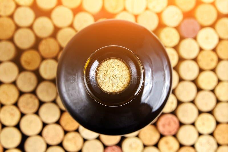 Botella de cristal tapada con corcho de vino rojo, visión superior fotografía de archivo