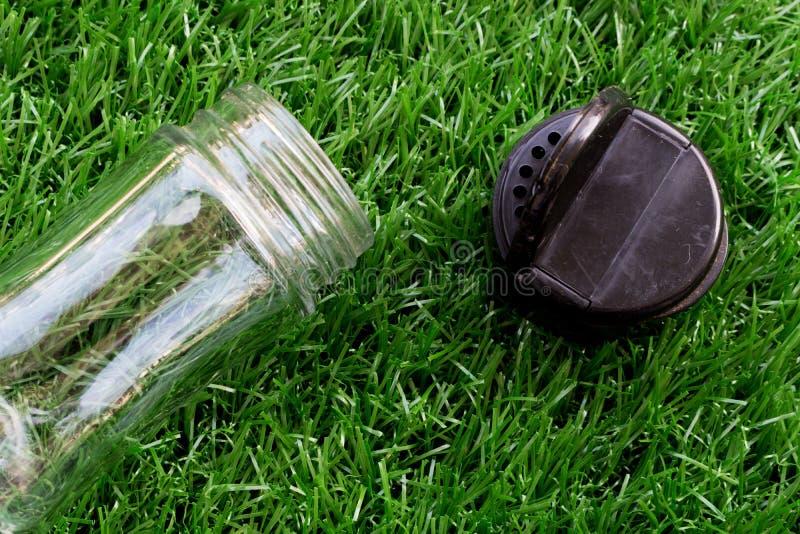 Botella de cristal transparente vacía de pimienta con tirón negro para arriba de l fotos de archivo