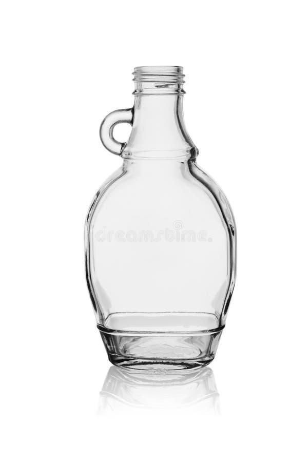 Botella de cristal vacía con la manija aislada en un fondo blanco con la reflexión foto de archivo libre de regalías